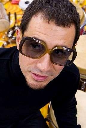El percusionista Nasser Bouzida aterriza en Vigo con su soul latino desde el planeta Bongolian