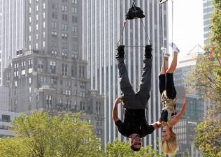 David Blaine inici� el reto de pasar 60 horas colgado de pies en Central Park