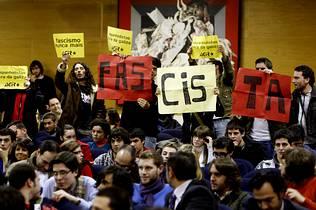 J�venes independentistas boicotean durante 30 minutos una conferencia de Feijoo en la USC