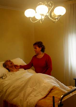 Alicia Gil atendiendo a su padre en cama