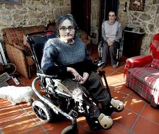 Fotografía de Marita Iglesisas junto a su marido también persona con diversidad funcional en silla de ruedas