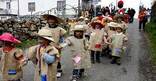 ... trajes elaborados con material reciclado por el concello de Barbadás