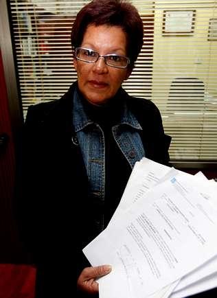 La madre, ayer en el despacho de su abogado en A Coruña [Clic para ampliar la imagen]