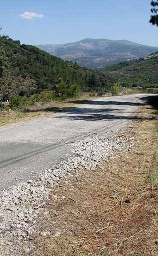 un trazado sinuoso estrecho y mal asfaltado