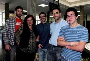 Ángeles López Agüera, en la Facultad de Física acompañada por el equipo que realizó el proyecto Autor de la imagen: | EMILIO RELOVA