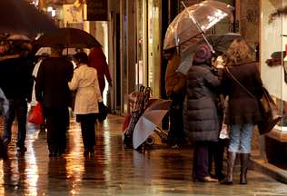 La presión policial y la lluvia dejan sin ambulantes la calle Real