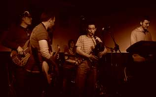 La banda ourensana Ergom edita �Fronkiria�, su debut discogr�fico, en el que fusionan folk, rock y funk