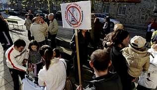Varias decenas de vecinos exigen la retirada de una antena de telefonía