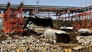 Una estructura tubular protege Dombate de daños por las obras