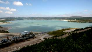 El colosal aspecto del lago visto desde uno de los miradores que se encuentran junto a las oficinas de la mina de As Pontes. En 18 meses, el proceso se habrá completado Autor de la imagen: | FOTOS: JOSÉ PARDO