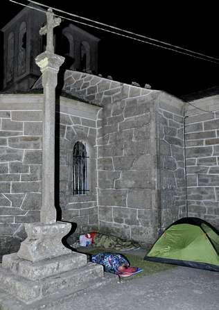Los peregrinos duermen a la luz de la luna en Palas de Rey