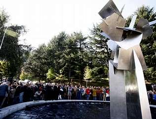 Una gran escultura conmemora el bicentenario de Vigo como ciudad
