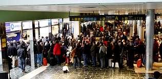 Los controladores dejan tirados en Lavacolla a cientos de pasajeros