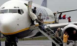El vuelo a Bruselas abre brecha en el bipartito, que aplaza la decisi�n
