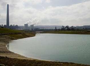 En la foto, realizada esta semana, se aprecia la superficie del lago en la zona de la playa. Autor de la imagen: Ángel Manso