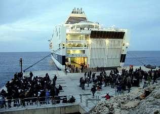 Italia empieza a echar a los inmigrantes de Lampedusa