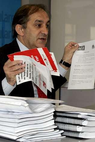 José Manuel Figueroa muestra las pruebas. LA VOZ