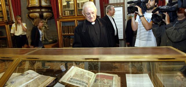 Kirketjener Jose Maria Diaz ved kopieksemplaret. Foto: Avisen Voz de Galicia