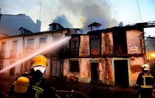 Arde una casa abandonada en el barrio de Canido