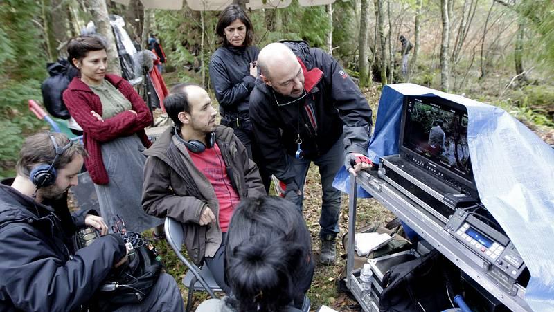«Lobos sucios» atrapa el hechizo del bosque pontés de Teixedelos - La Voz de Galicia