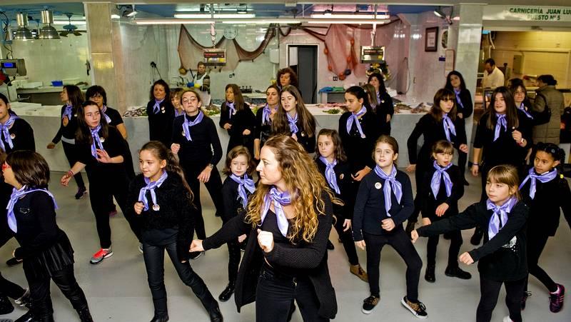 Vecinos de As Pontes bailan contra la violencia de género - La Voz de Galicia