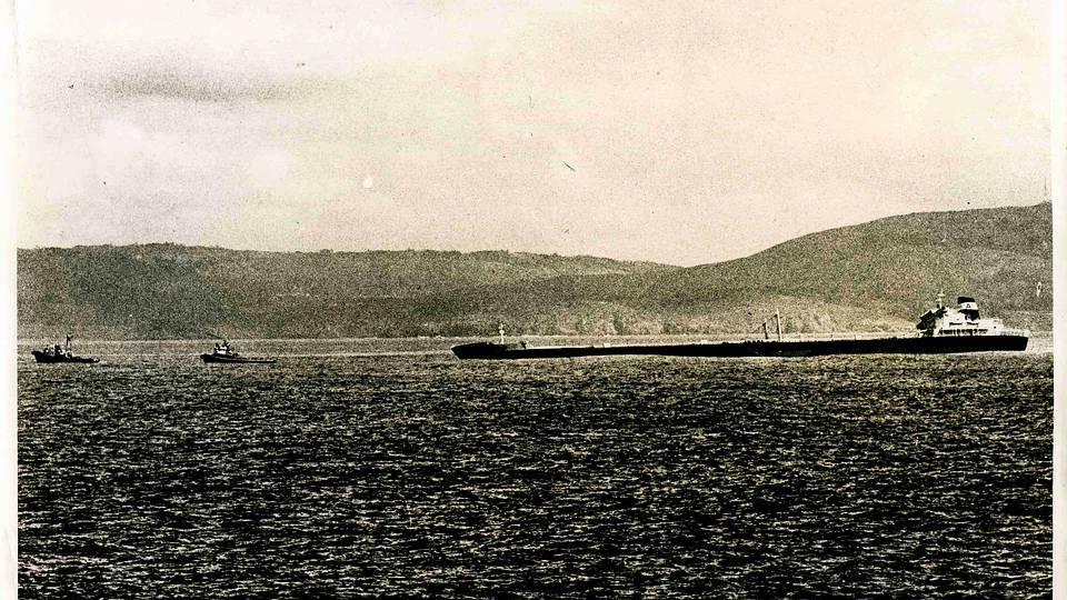 El accidente del «Urquiola» ocurrió el 12 de mayo de 1976. En la imagen, el petrolero poco antes de incendiarse en la entrada del puerto de A Coruña. FOTÓGRAFO: ALBERTO MARTI VILLARDEFRANCOS