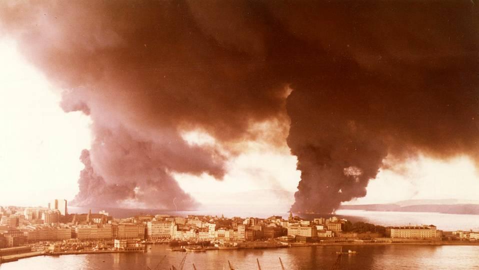 Otra imagen de los restos ardiendo del «Urquiola». FOTÓGRAFO: ALBERTO MARTI VILLARDEFRANCOS