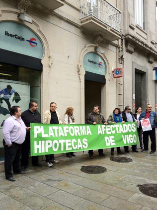 Concentración de la plataforma de afectados de hipotecas ante IberCaja en la calle Urzaiz de Vigo. E.V.PITA