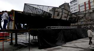 La cubierta cayó sobre el escenario al romperse las bisagras.
