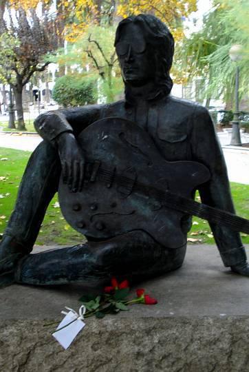 Unas flores y un mensaje en un papel ante la estatua de Lennon en A Coruña. Vicente Fernández