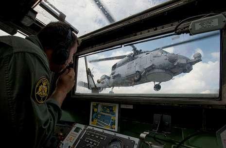 Un miembro de la unidad aérea embarcada durante la toma de un helicóptero en la fragata.