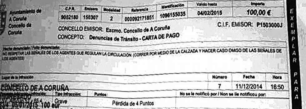 La multa, de 100 euros y 4 puntos, por «correr por medio de la calzada y hacer caso omiso» a los agentes.