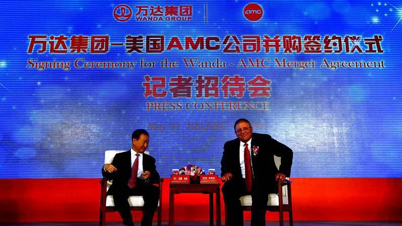Gerry López (derecha), ejecutivo de AMC, sentado junto al presidente de Wanda Group, Wang Jianlin. La empresa china pasa a dominar el mercado americano de cine gracias a la compra de la compañía estadounidense DAVID GRAY | REUTERS