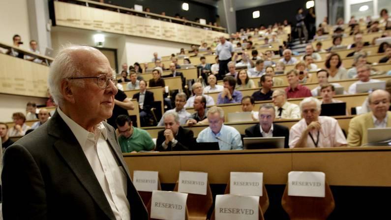El físico británico Peter Higgs, a su llegada al seminario del Centro Europeo de Física de Partículas (CERN) DENIS BALIBOUSE/POOL