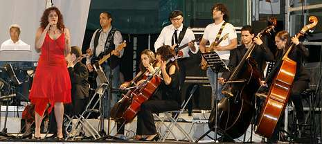 El grupo de rock carballés The Cerne cerró el espectáculo con temas que lograron poner en pie al público.