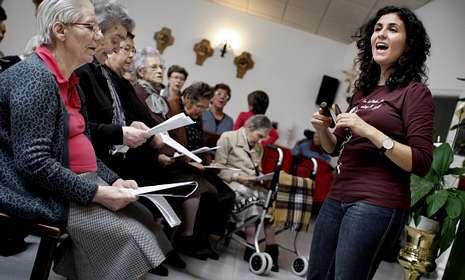 Sandra Nasher, en un ensayo con el Coro de la Alegría de la residencia de As Dores de Lalín.
