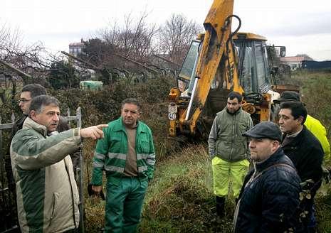 Representantes de Concello y empresa, en el arranque de las obras