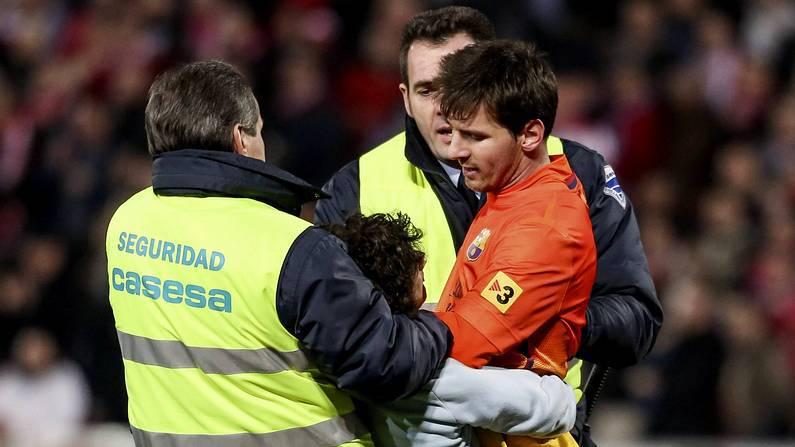 Un niño salta a por Leo Messi en Granada Pepe Marín | Reuters
