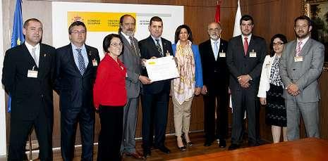 Políticos, con el alcalde a la cabeza y el diputado de Olano, y miembros de la Xunta de Cofradías ayer.