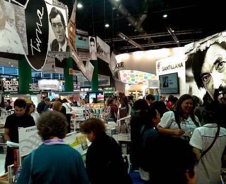 UNA CITA MULTITUDINARIA. Sobre estas líneas, stands dedicados a Cortázar y García Márquez en la multitudinaria cita literaria bonaerense y, a la derecha, Quino, encargado de inaugurar la feria, junto al particular homenaje del Subte (metro) a los libros. L. POUSA / D. FERNÁNDEZ (EFE)