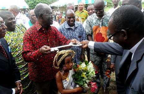 Desiré Kouakou, a la derecha, entrega las llaves de la escuela de de EPP N?Zida Village, en Grand Lahou.