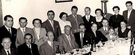 La imagen se tomó en Buenos Aires hace 60 años, «hai polo menos dez persoas nacidas aquí, recoñeces a algunha?», pregunta el Casino.