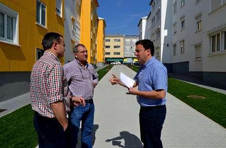 El alcalde y los ediles de Obras y Servicios, en una visita a las obras del poblado de A Fraga.