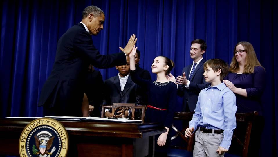 Obama saluda a unos niños que le escribieron cartas a favor del control de las armas, durante la rueda de prensa de hoy en Washington. JASON REED | Reuters