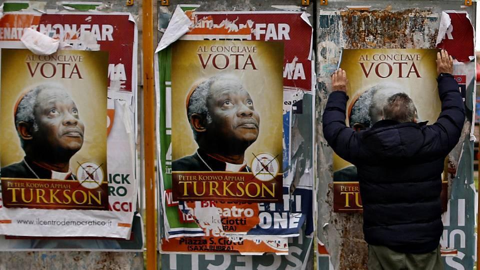 Varios carteles en Roma invitan a votar en el cónclave al ghanés Peter Turkson ALESSANDRO BIANCHI / REUTERS