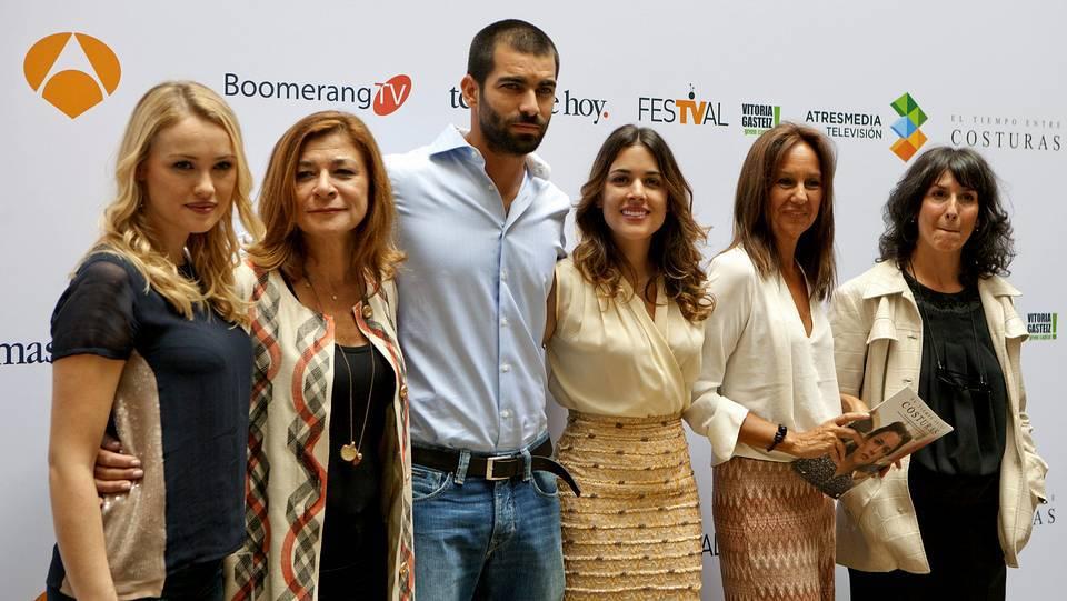 Los actores de la serie de Antena 3 «El tiempo entre costuras», posan junto a la escritora María Dueñas, y la directora de Ficción de Antena 3, Sonia Martínez. David Aguilar | EFE