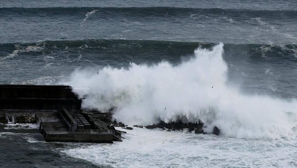 Olas gigantes superan el espigón en Malpica ANA GARCIA
