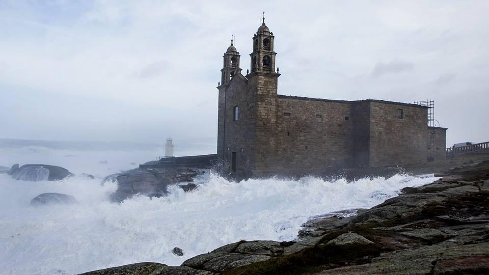 El temporal derriba el muro da Barca XESÚS BÚA