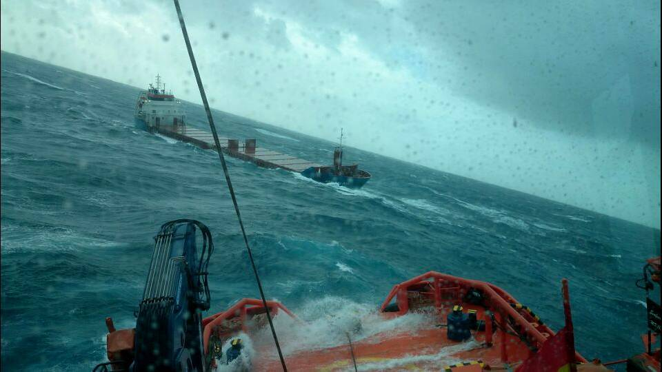 Foto cedida por Salvamento Marítimo del buque a la deriva