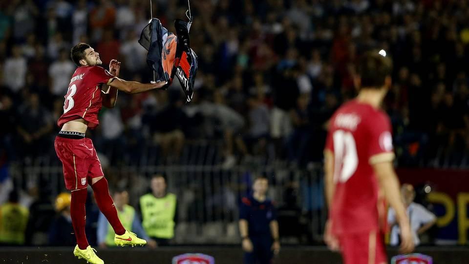 Mitrovic baja la bandera albanesa MARKO DJURICA | Reuters